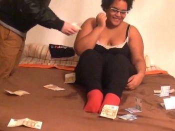 Su virginidad por caridad (y al final un billete de AVE y 500?). Sandra, friki, virgen... HIMEN ROTO.
