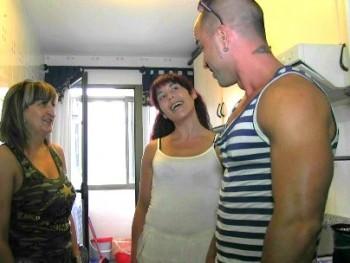 Ama de casa insatisfecha está en paro y es muy viciosa. Una víctima perfecta para Tony.